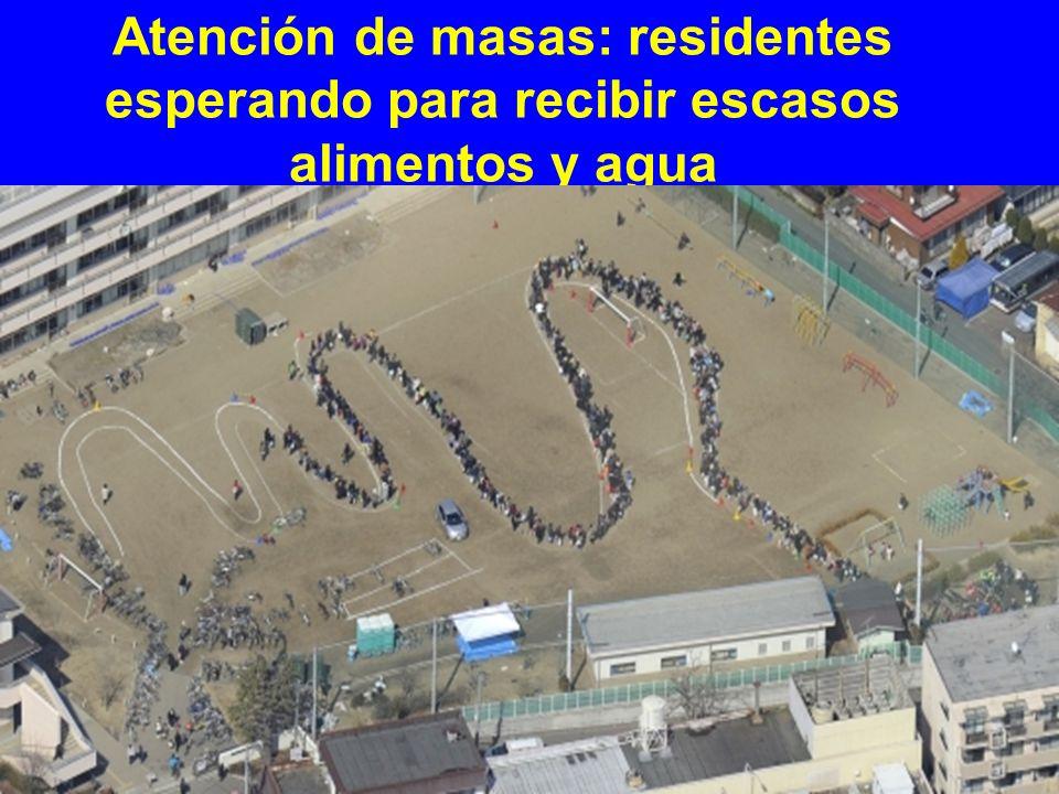 Atención de masas: residentes esperando para recibir escasos alimentos y agua