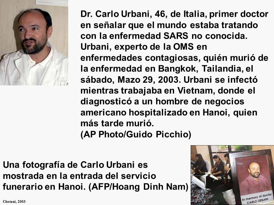 GIDSAS Chotani, 2003 Profesor Malik Peiris, el jefe de virología de la Universidad de Hong Kong, se para enfrente de una proyección de una célula infectada por el virus en el Hospital Reina María en Hong Kong.