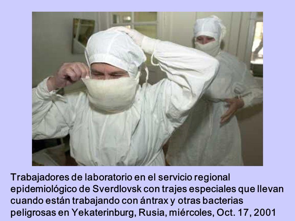 Trabajadores de laboratorio en el servicio regional epidemiológico de Sverdlovsk con trajes especiales que llevan cuando están trabajando con ántrax y