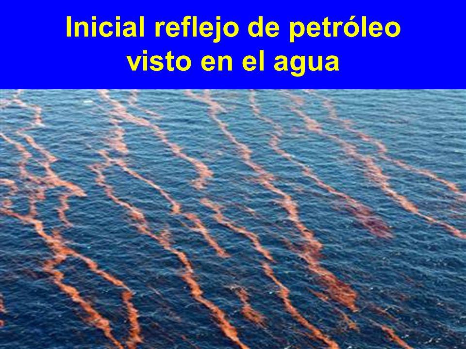 Inicial reflejo de petróleo visto en el agua