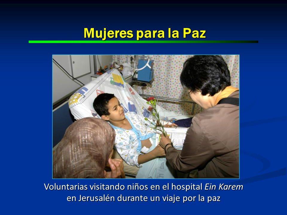 Mujeres para la Paz Voluntarias visitando niños en el hospital Ein Karem en Jerusalén durante un viaje por la paz