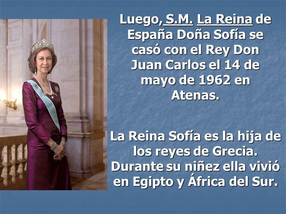 La Reina Sofía es la hija de los reyes de Grecia. Durante su niñez ella vivió en Egipto y África del Sur. Luego, S.M. La Reina de España Doña Sofía se