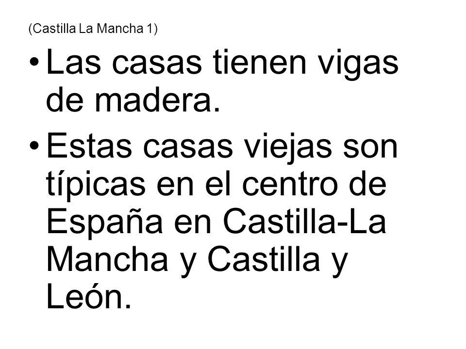 (Castilla La Mancha 1) Las casas tienen vigas de madera. Estas casas viejas son típicas en el centro de España en Castilla-La Mancha y Castilla y León