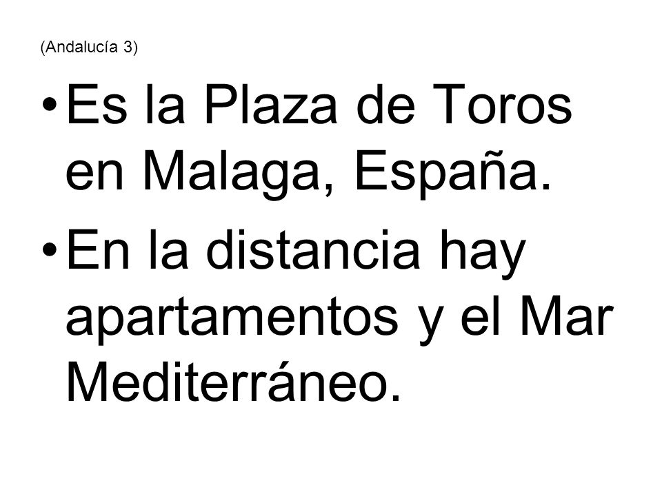(Andalucía 3) Es la Plaza de Toros en Malaga, España. En la distancia hay apartamentos y el Mar Mediterráneo.