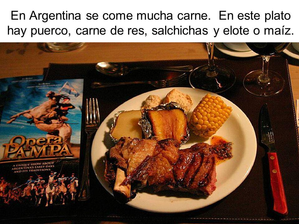 En Argentina se come mucha carne. En este plato hay puerco, carne de res, salchichas y elote o maíz.