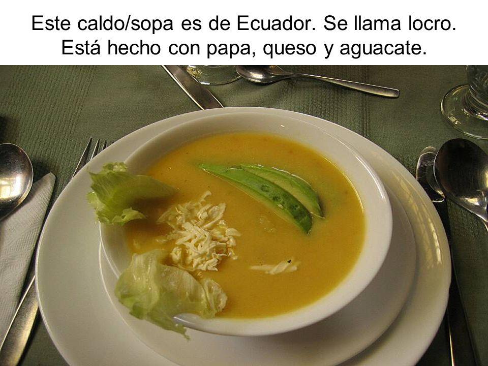 Este caldo/sopa es de Ecuador. Se llama locro. Está hecho con papa, queso y aguacate.