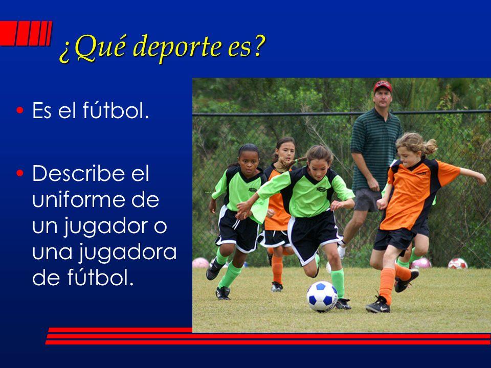 ¿Qué deporte es? Es el fútbol. Describe el uniforme de un jugador o una jugadora de fútbol.