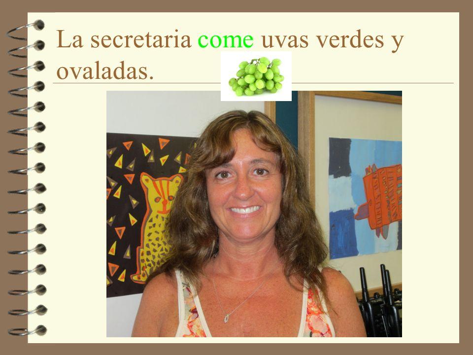 La secretaria come uvas verdes y ovaladas.
