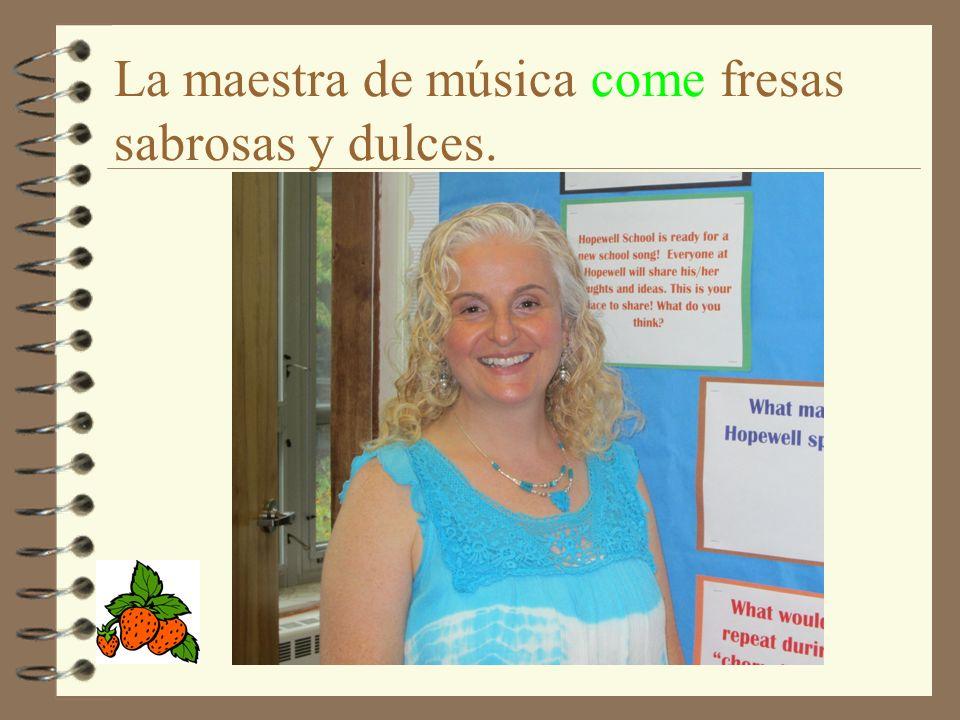 La maestra de música come fresas sabrosas y dulces.