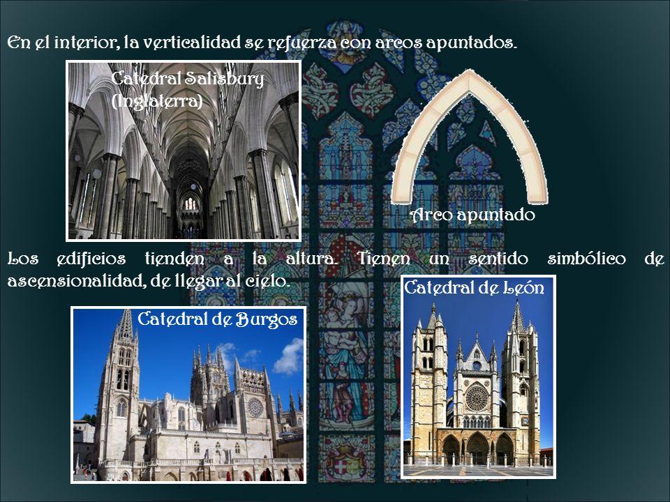 En el interior, la verticalidad se refuerza con arcos apuntados. Los edificios tienden a la altura. Tienen un sentido simbólico de ascensionalidad, de