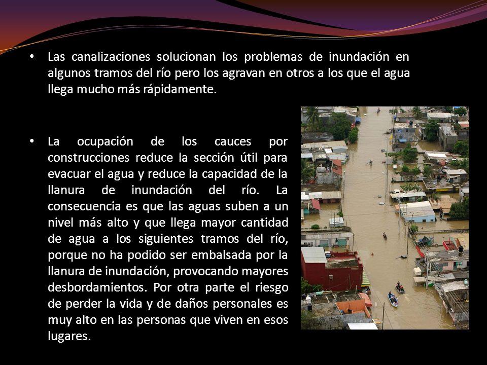La ocupación de los cauces por construcciones reduce la sección útil para evacuar el agua y reduce la capacidad de la llanura de inundación del río. L