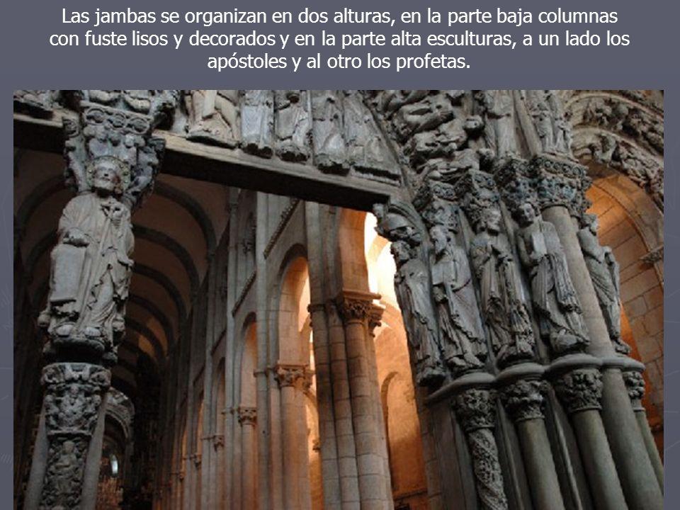 Las jambas se organizan en dos alturas, en la parte baja columnas con fuste lisos y decorados y en la parte alta esculturas, a un lado los apóstoles y