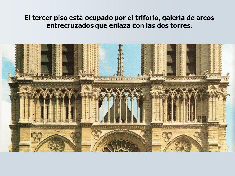 El tercer piso está ocupado por el triforio, galería de arcos entrecruzados que enlaza con las dos torres.