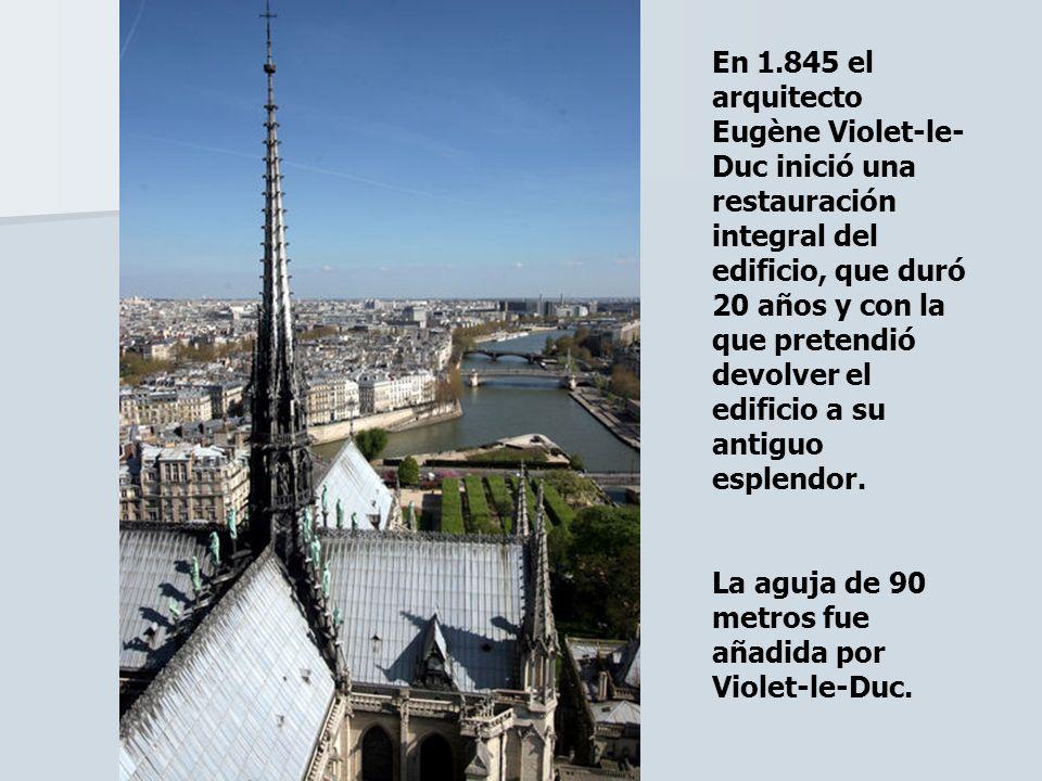 En 1.845 el arquitecto Eugène Violet-le- Duc inició una restauración integral del edificio, que duró 20 años y con la que pretendió devolver el edific