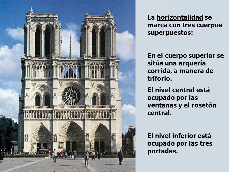La verticalidad se marca por las dos torres, situadas en los extremos y terminadas en terraza.