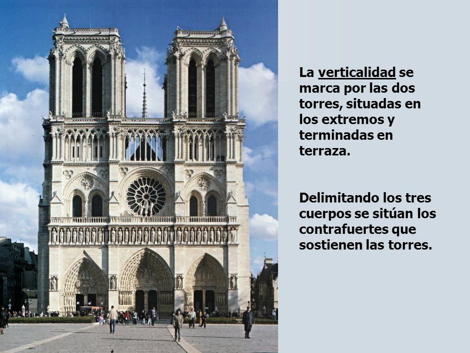 La verticalidad se marca por las dos torres, situadas en los extremos y terminadas en terraza. Delimitando los tres cuerpos se sitúan los contrafuerte