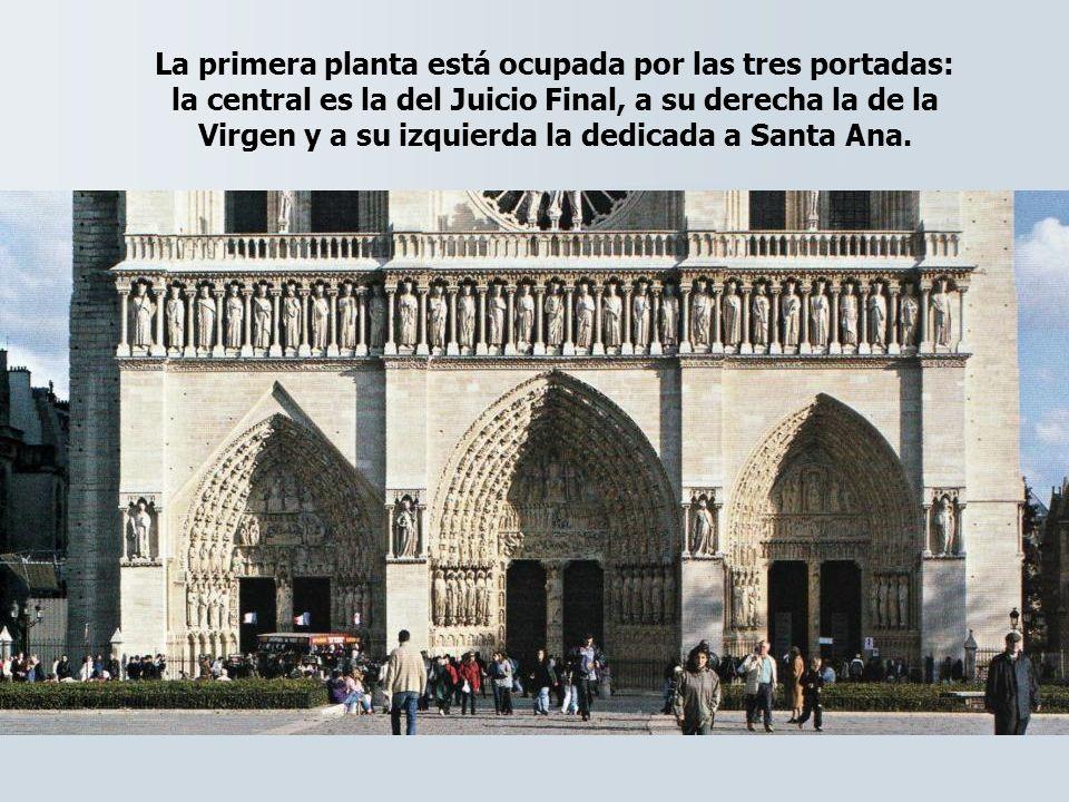 La primera planta está ocupada por las tres portadas: la central es la del Juicio Final, a su derecha la de la Virgen y a su izquierda la dedicada a S