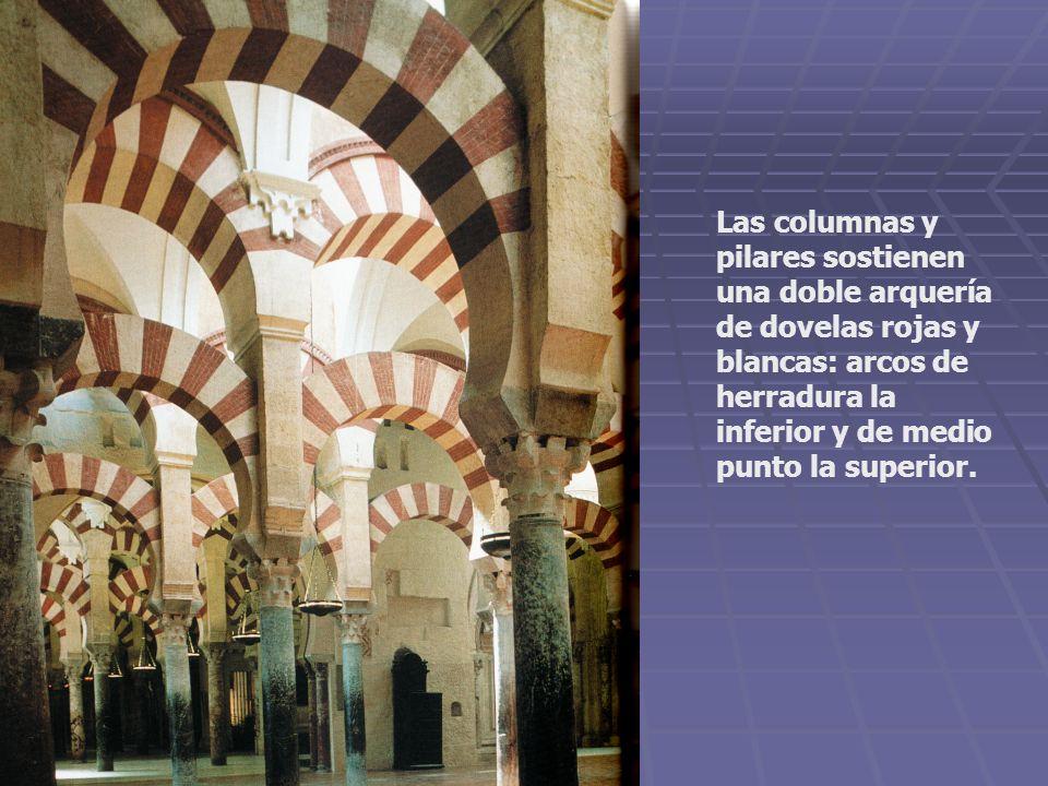 Las columnas y pilares sostienen una doble arquería de dovelas rojas y blancas: arcos de herradura la inferior y de medio punto la superior.
