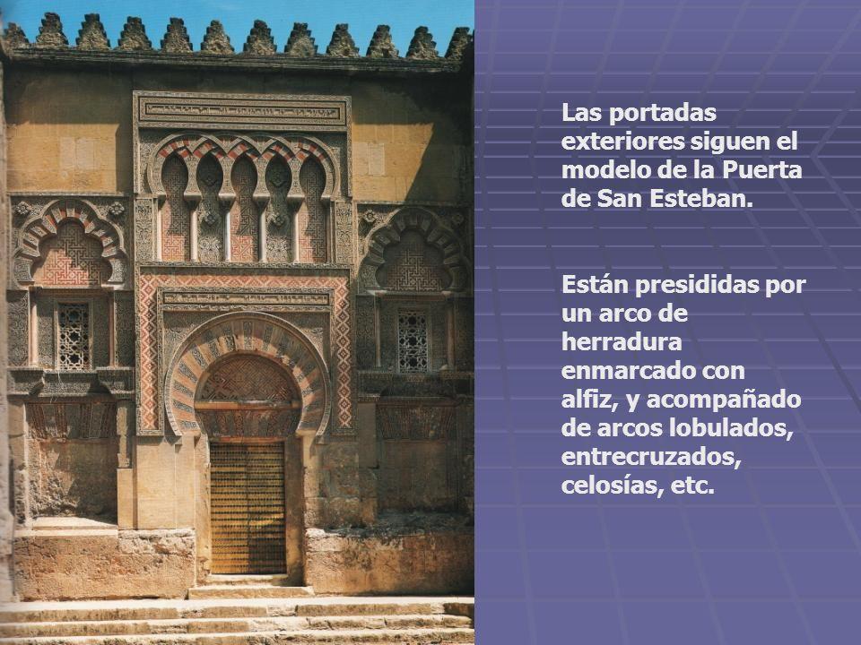 Las portadas exteriores siguen el modelo de la Puerta de San Esteban. Están presididas por un arco de herradura enmarcado con alfiz, y acompañado de a