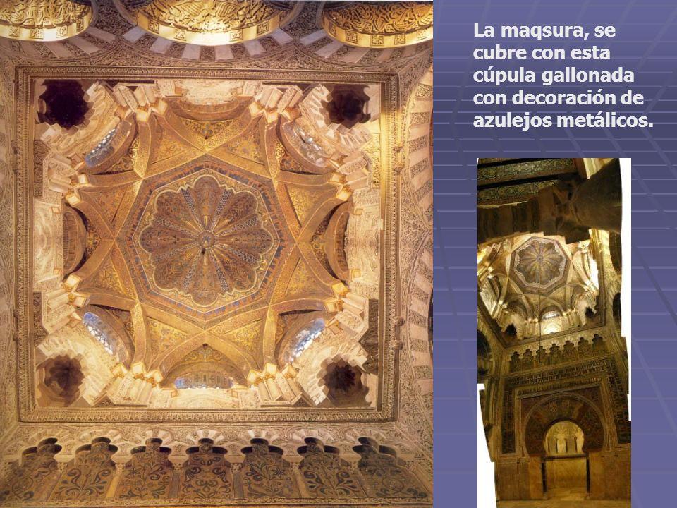 La maqsura, se cubre con esta cúpula gallonada con decoración de azulejos metálicos.