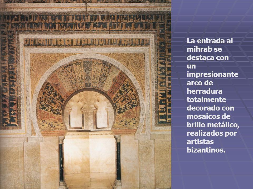 La entrada al mihrab se destaca con un impresionante arco de herradura totalmente decorado con mosaicos de brillo metálico, realizados por artistas bi