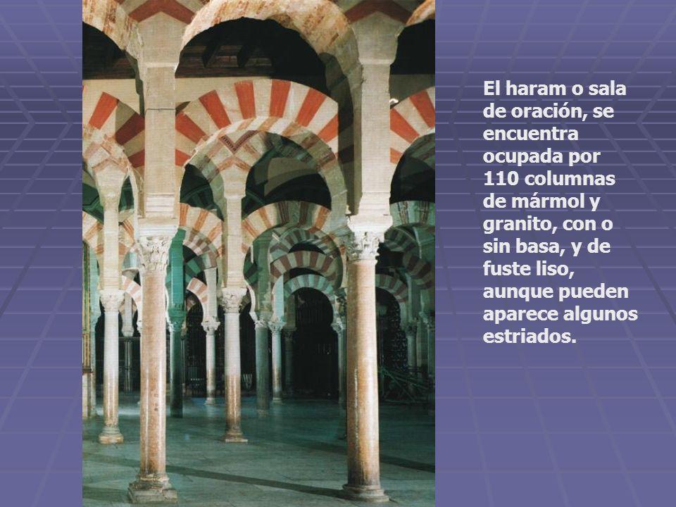 El haram o sala de oración, se encuentra ocupada por 110 columnas de mármol y granito, con o sin basa, y de fuste liso, aunque pueden aparece algunos