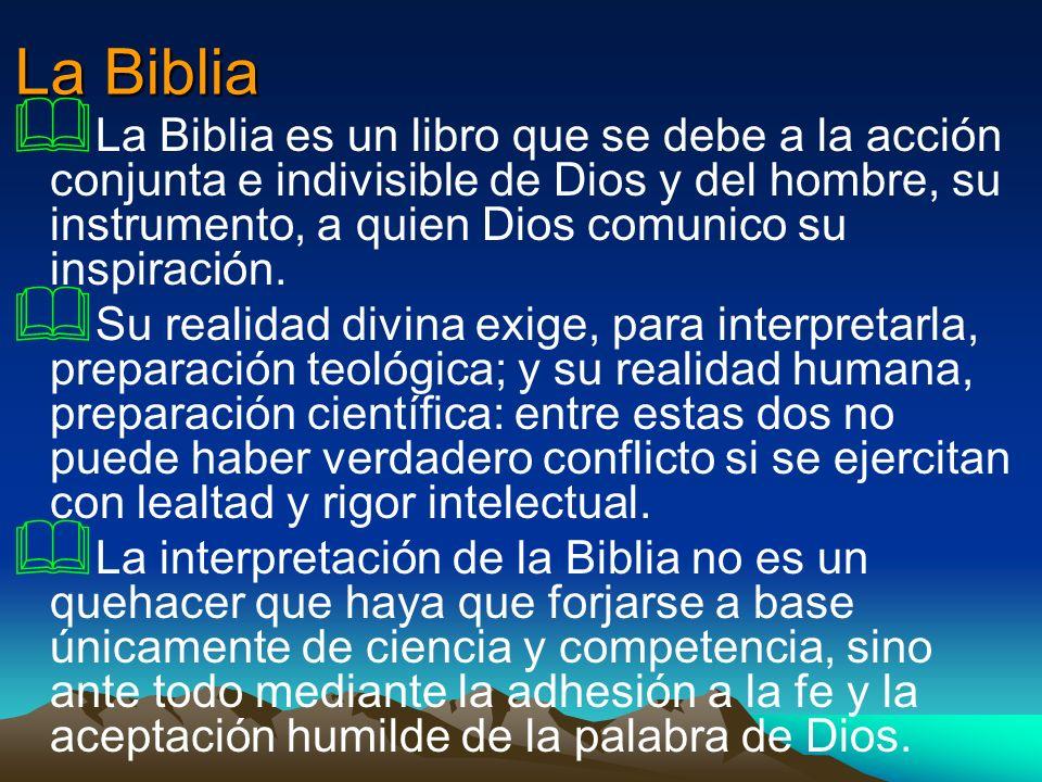 La Biblia La Biblia es un libro que se debe a la acción conjunta e indivisible de Dios y del hombre, su instrumento, a quien Dios comunico su inspirac