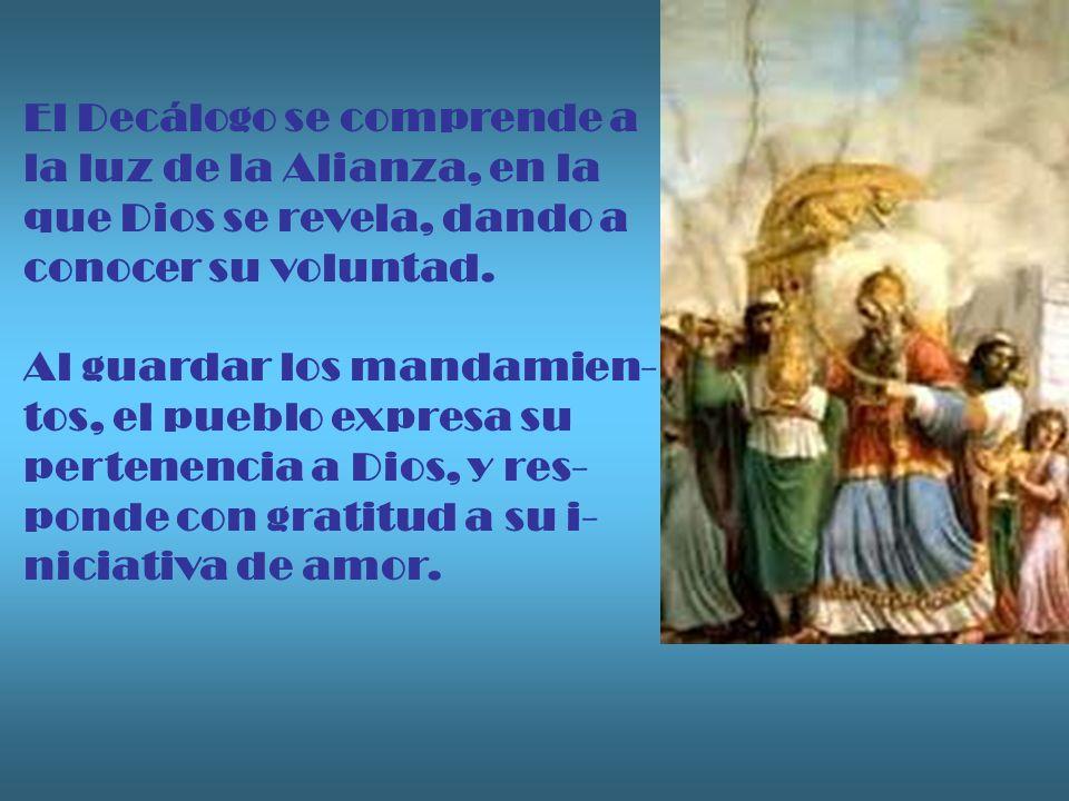 El Decálogo se comprende a la luz de la Alianza, en la que Dios se revela, dando a conocer su voluntad. Al guardar los mandamien- tos, el pueblo expre
