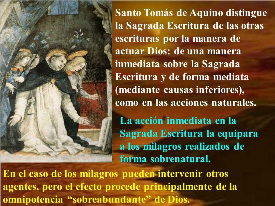 Santo Tomás de Aquino distingue la Sagrada Escritura de las otras escrituras por la manera de actuar Dios: de una manera inmediata sobre la Sagrada Es