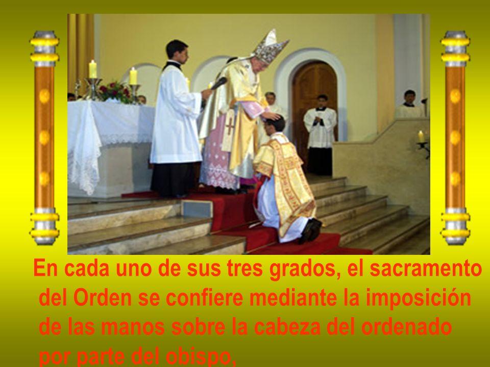 En cada uno de sus tres grados, el sacramento del Orden se confiere mediante la imposición de las manos sobre la cabeza del ordenado por parte del obi