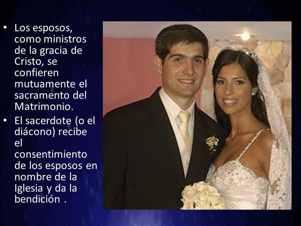 Los esposos, como ministros de la gracia de Cristo, se confieren mutuamente el sacramento del Matrimonio. El sacerdote (o el diácono) recibe el consen