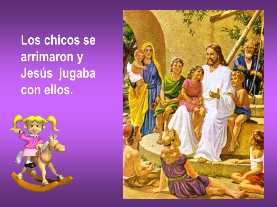 Los chicos se arrimaron y Jesús jugaba con ellos.