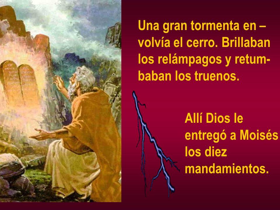 Una gran tormenta en – volvía el cerro. Brillaban los relámpagos y retum- baban los truenos. Allí Dios le entregó a Moisés los diez mandamientos.