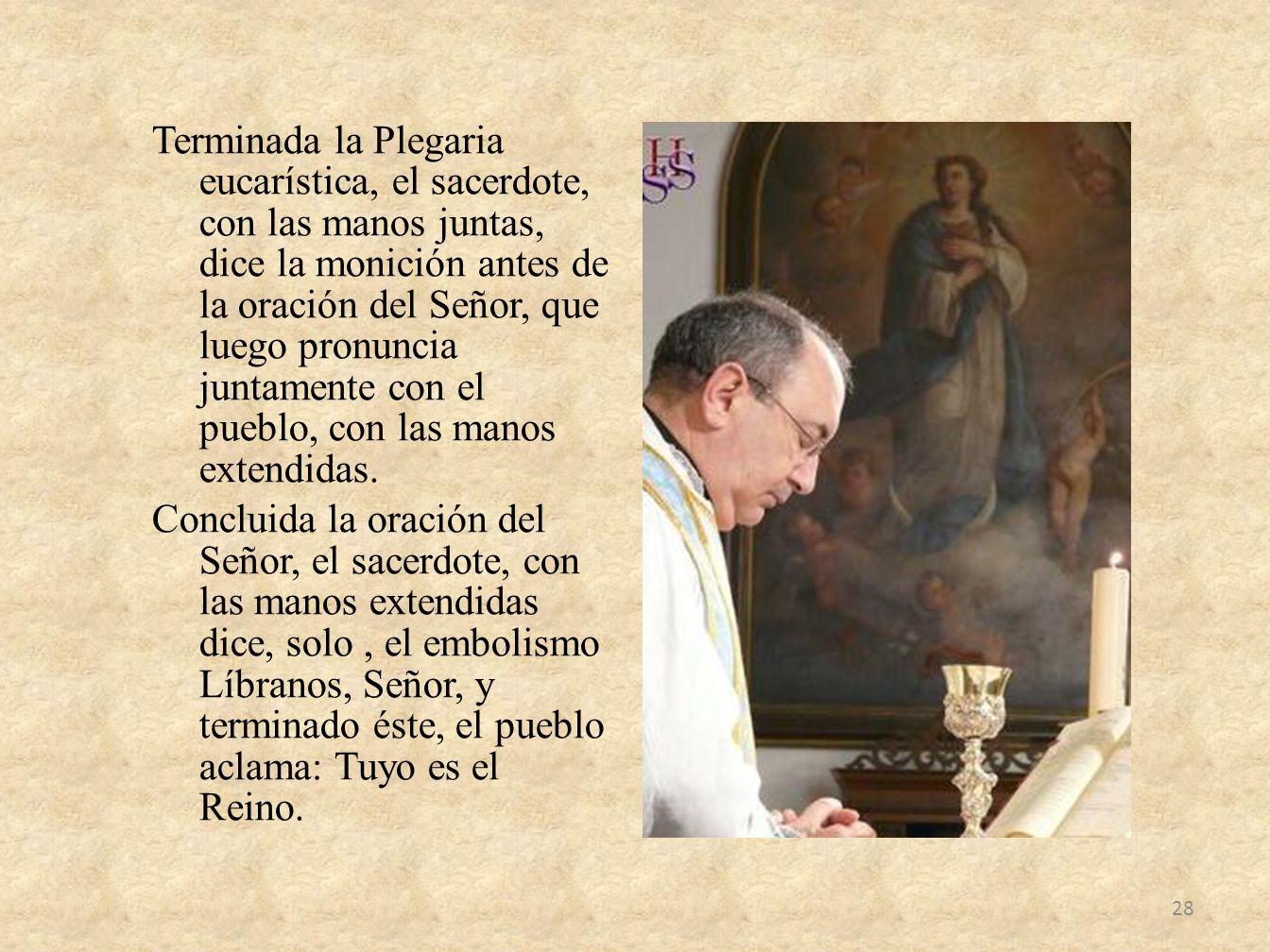 Terminada la Plegaria eucarística, el sacerdote, con las manos juntas, dice la monición antes de la oración del Señor, que luego pronuncia juntamente