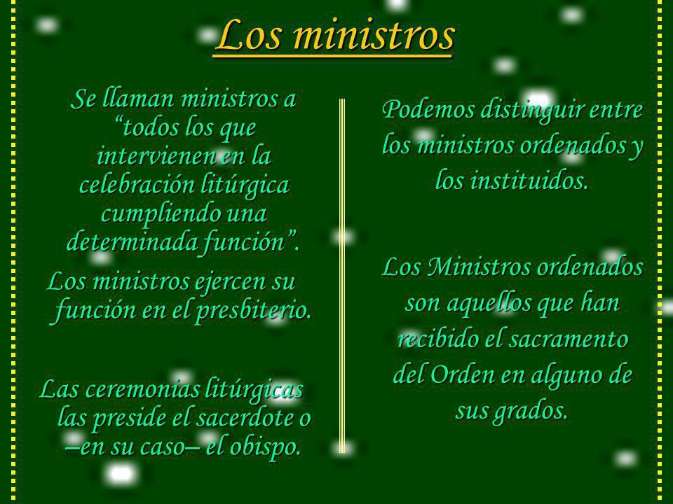 Los ministros Se llaman ministros a todos los que intervienen en la celebración litúrgica cumpliendo una determinada función.