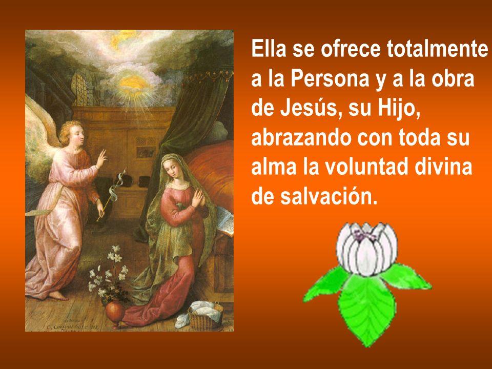 Ella se ofrece totalmente a la Persona y a la obra de Jesús, su Hijo, abrazando con toda su alma la voluntad divina de salvación.