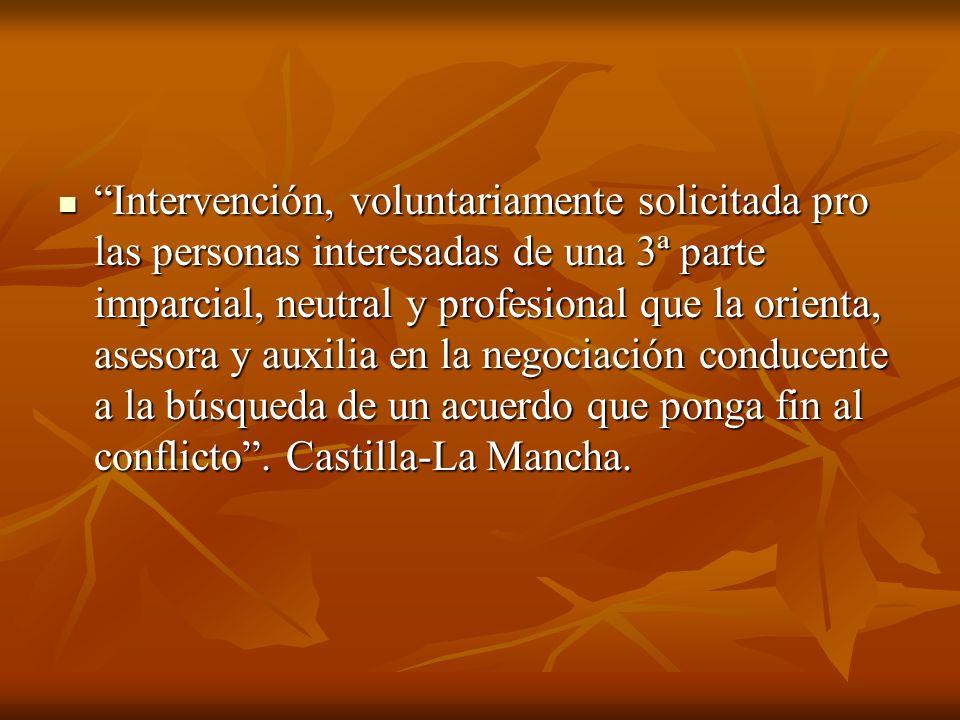 Intervención, voluntariamente solicitada pro las personas interesadas de una 3ª parte imparcial, neutral y profesional que la orienta, asesora y auxil