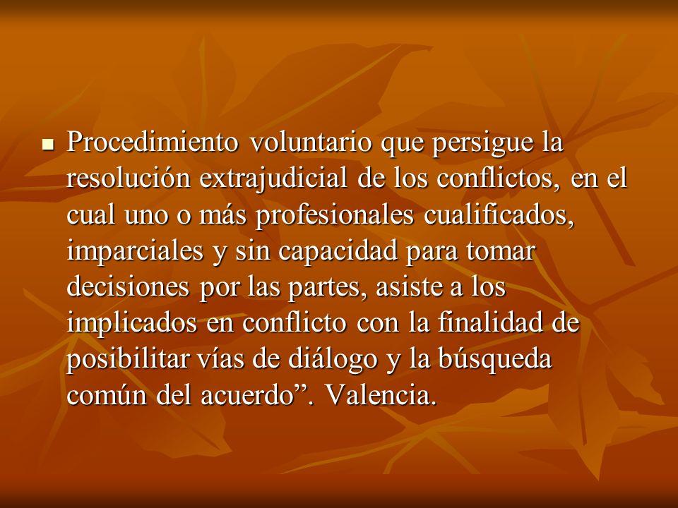 Procedimiento voluntario que persigue la resolución extrajudicial de los conflictos, en el cual uno o más profesionales cualificados, imparciales y si