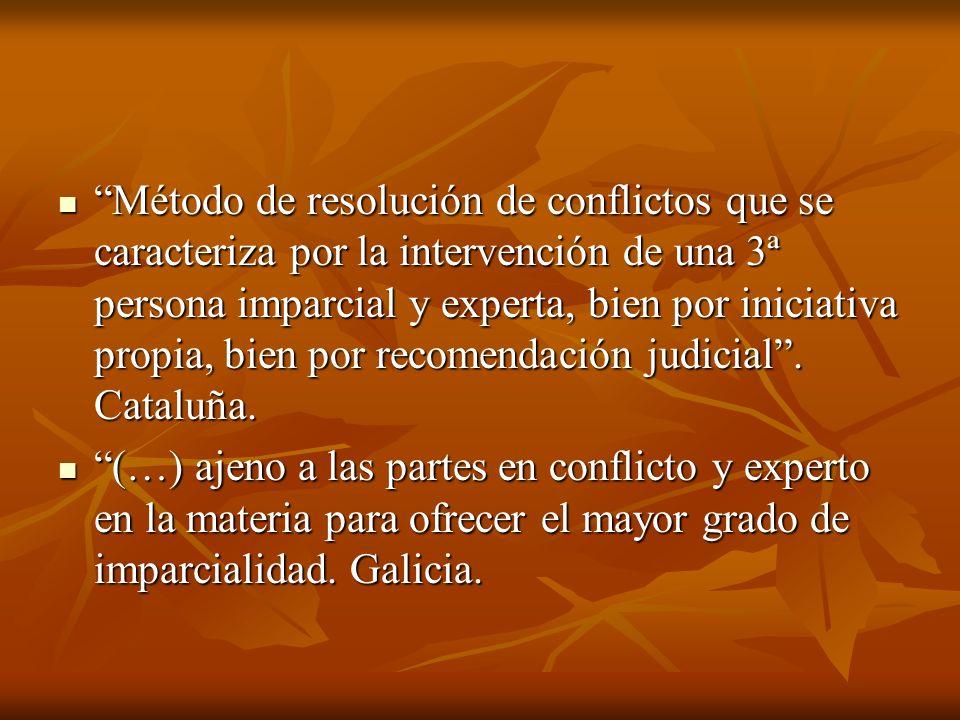 Método de resolución de conflictos que se caracteriza por la intervención de una 3ª persona imparcial y experta, bien por iniciativa propia, bien por