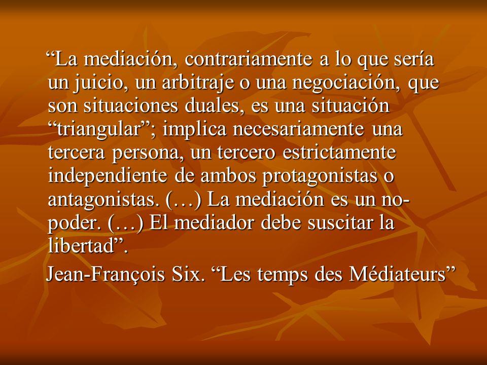 La mediación, contrariamente a lo que sería un juicio, un arbitraje o una negociación, que son situaciones duales, es una situación triangular; implic