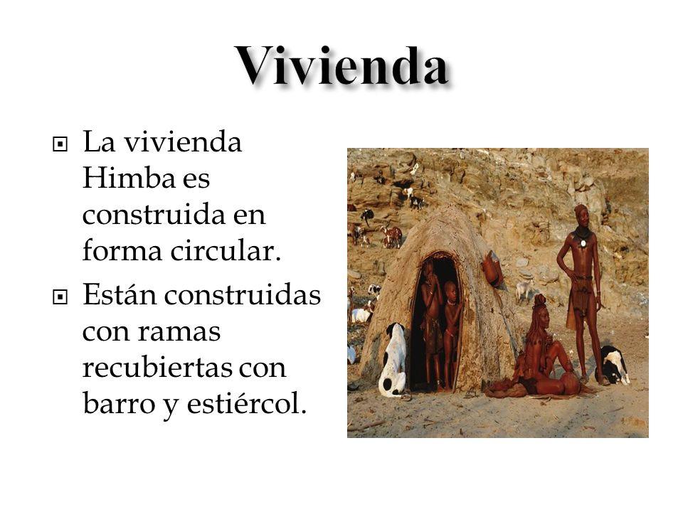 La vivienda Himba es construida en forma circular. Están construidas con ramas recubiertas con barro y estiércol.