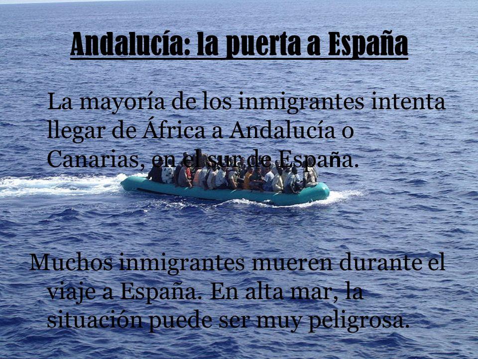 Andalucía: la puerta a España La mayoría de los inmigrantes intenta llegar de África a Andalucía o Canarias, en el sur de Espa ñ a.