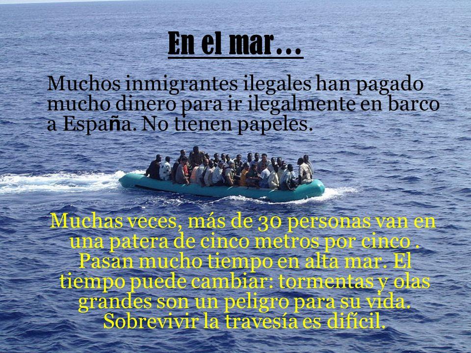 En el mar… Muchos inmigrantes ilegales han pagado mucho dinero para ir ilegalmente en barco a Espa ñ a.