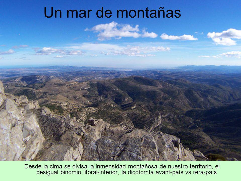 Desde la cima se divisa la inmensidad montañosa de nuestro territorio, el desigual binomio litoral-interior, la dicotomía avant-país vs rera-país Un m