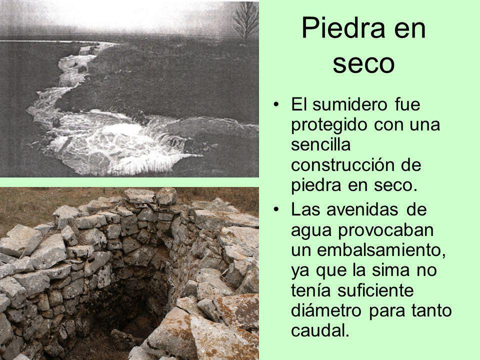 Piedra en seco El sumidero fue protegido con una sencilla construcción de piedra en seco. Las avenidas de agua provocaban un embalsamiento, ya que la