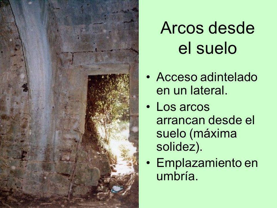 Arcos desde el suelo Acceso adintelado en un lateral. Los arcos arrancan desde el suelo (máxima solidez). Emplazamiento en umbría.