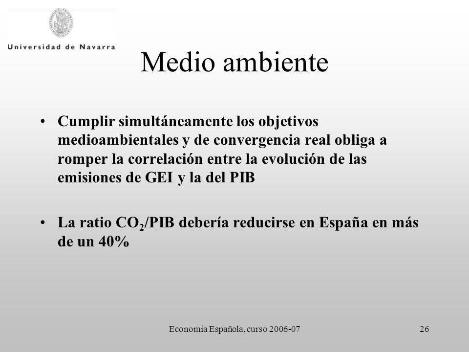 Economía Española, curso 2006-0726 Medio ambiente Cumplir simultáneamente los objetivos medioambientales y de convergencia real obliga a romper la correlación entre la evolución de las emisiones de GEI y la del PIB La ratio CO 2 /PIB debería reducirse en España en más de un 40%