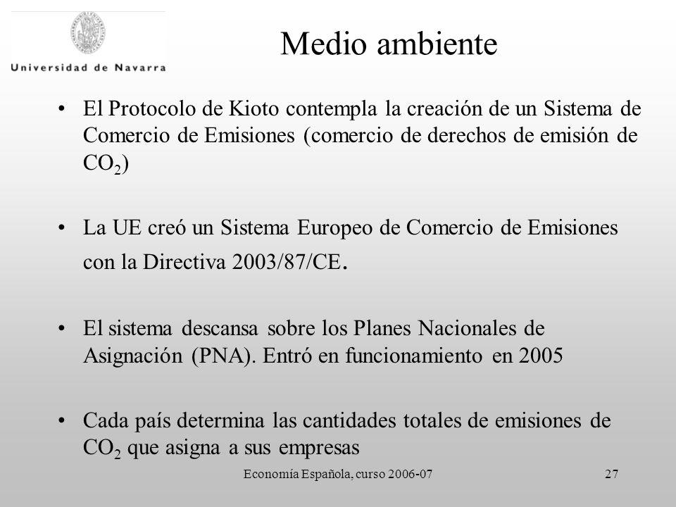 Economía Española, curso 2006-0727 Medio ambiente El Protocolo de Kioto contempla la creación de un Sistema de Comercio de Emisiones (comercio de derechos de emisión de CO 2 ) La UE creó un Sistema Europeo de Comercio de Emisiones con la Directiva 2003/87/CE.