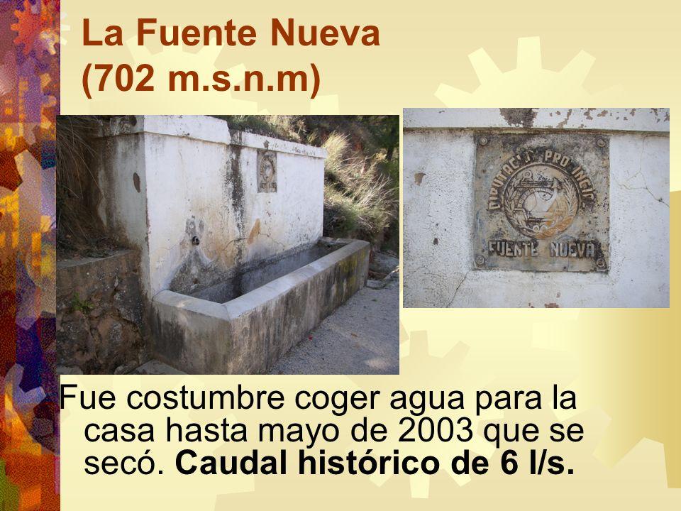 La Fuente Nueva (702 m.s.n.m) Fue costumbre coger agua para la casa hasta mayo de 2003 que se secó. Caudal histórico de 6 l/s.