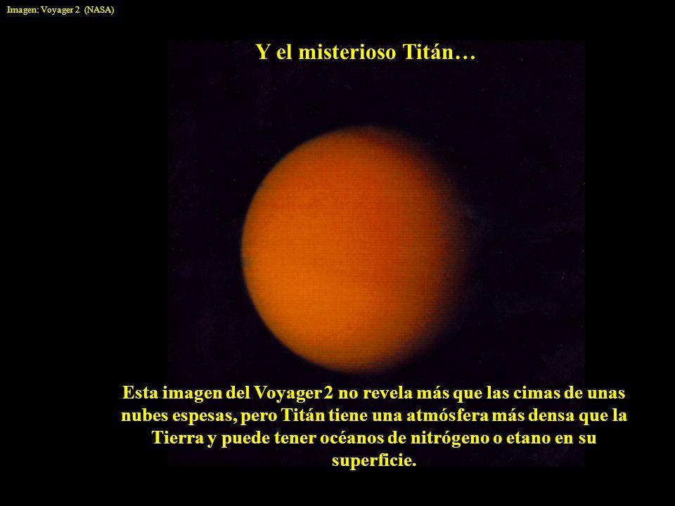 Y el misterioso Titán… Esta imagen del Voyager 2 no revela más que las cimas de unas nubes espesas, pero Titán tiene una atmósfera más densa que la Ti